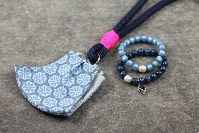 Maskenkette mit Fluarmbändern blau